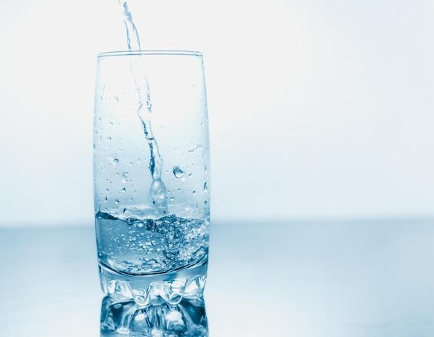 Trinkwasser in ein glas gegossen