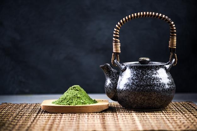Trinkzeremonie des japanischen grünen tees matcha