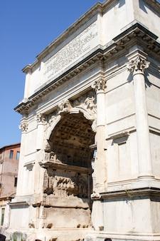 Triumphbogen am römischen forum in rom, italien