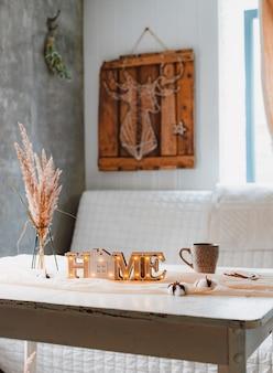 Trockenblumen ährchen pampa vase-stand becher lampe weiß vintage tisch tischdecke geknotet, home interior minimalistische ästhetik.