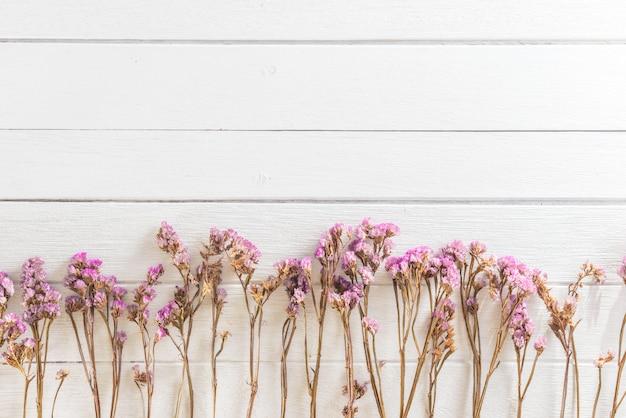 Trockenblumen auf weißem hintergrund der hölzernen planken