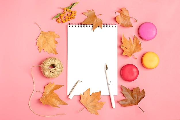 Trockene ahornblätter, makronen, weißer notizblock herbstkonzept liste hallo september, octobe