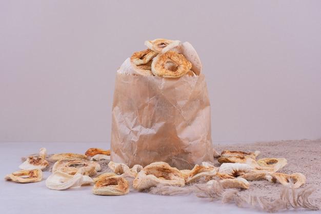 Trockene apfelscheiben im papierkorb