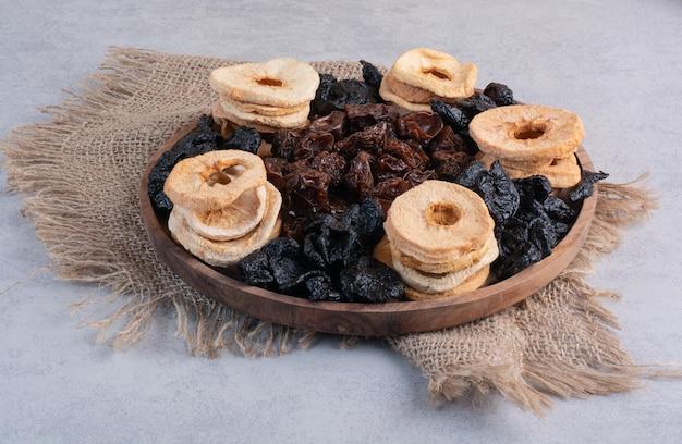 Trockene apfelscheiben mit trockenkirsche und pflaumen.