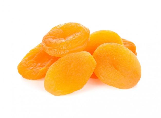 Trockene aprikosenfrucht auf weiß