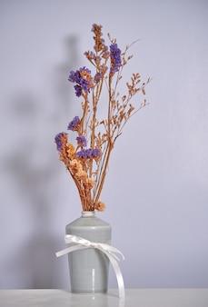 Trockene blumen in der vase angeordnet