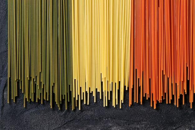 Trockene bunte teigwarenspaghettis