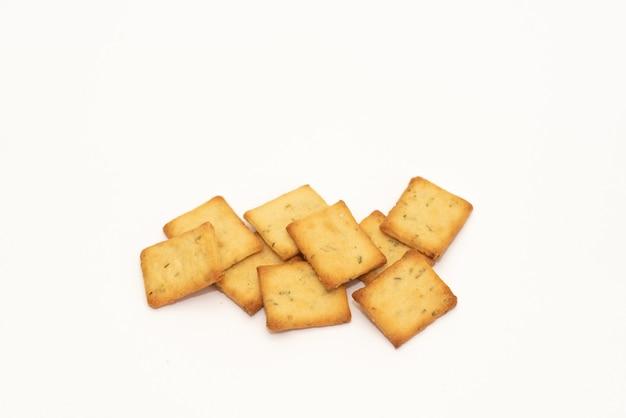 Trockene crackerplätzchen lokalisiert auf weißem hintergrund, konzept des lebensmittels