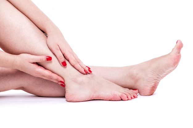 Trockene, dehydrierte haut an den fersen weiblicher füße mit hornhaut