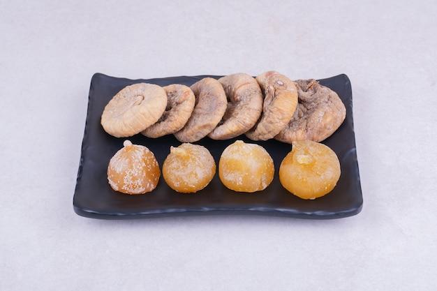 Trockene feigen und kirschen auf einer keramikplatte