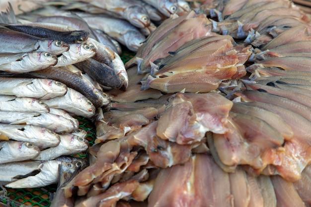 Trockene frische fische auf thailändischer tradition des korbes und der sonne