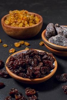 Trockene frucht und nüsse der nahaufnahme in den schüsseln