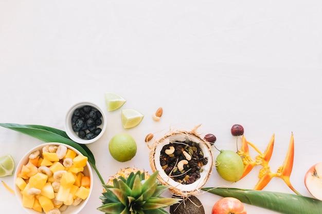 Trockene früchte in der kokosnuss mit früchten auf weißem hintergrund