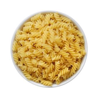 Trockene fusilli in der weißen schüssel draufsicht. italienische pasta textur