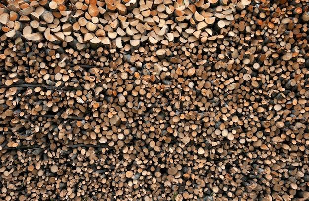 Trockene gehackte brennholzprotokolle als abstrakter hintergrund