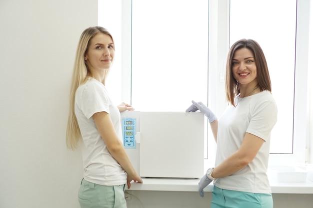 Trockene hitze für sterilisationsinstrumente. zwei freundliche frauen