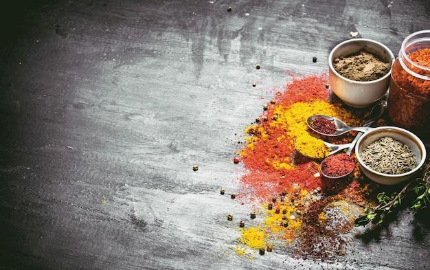 Trockene indische gewürze und kräuter. auf der schwarzen tafel.