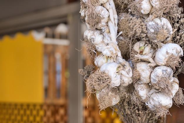 Trockene knoblauchzehen hängen auf der terrasse