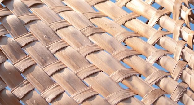 Trockene kokosnussblätter stricken