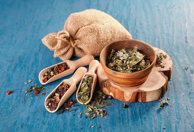 Trockene kräuter für die zubereitung von tee