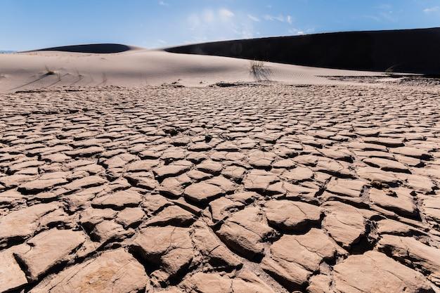 Trockene lagune aufgrund des klimawandels