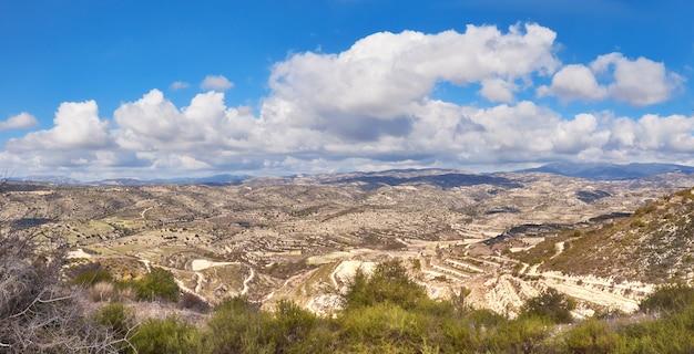 Trockene landschaft mit feldern u. terassenförmig angelegten hügeln in zypern