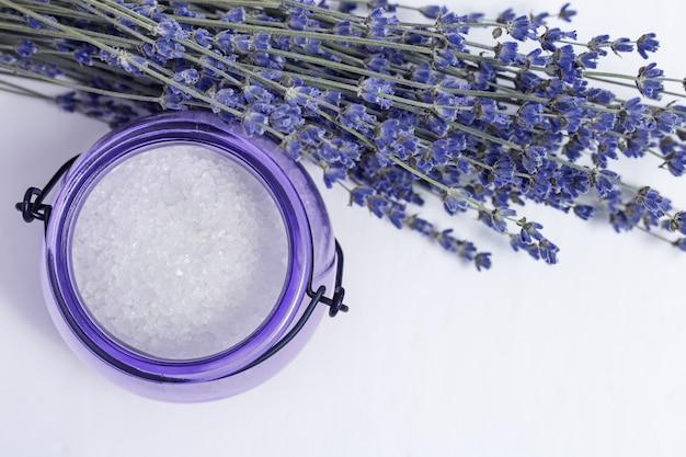 Trockene lavendelblüten und weißes meersalz