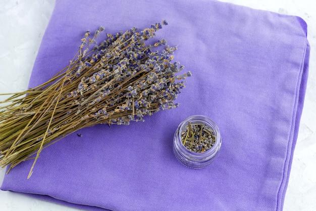 Trockene lavendelblumen der draufsicht auf einer violetten serviette