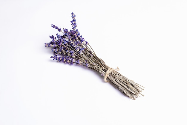 Trockene lavendelstrauß isolierte zutat