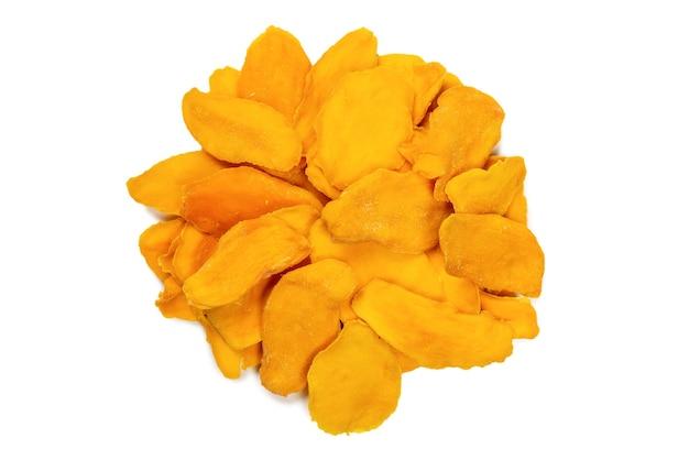 Trockene leckere mangoscheiben isoliert auf weißem hintergrund. ansicht von oben.