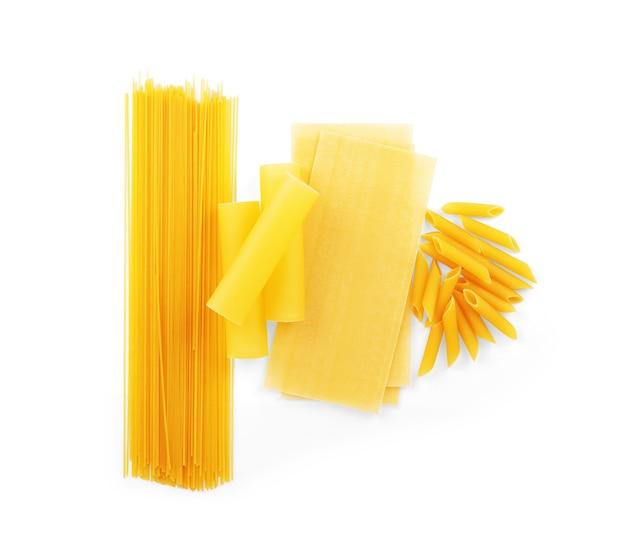Trockene makkaroni in verschiedenen formen pasta lasagne farfalle spaghetti