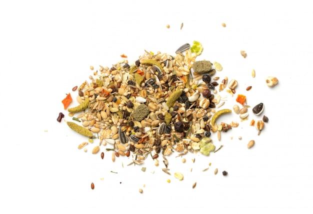 Trockene nagetierfuttermischung für maus, kaninchen oder degu isoliert auf weißem hintergrund. ausgewogenes hamsterfutter mit getreide, samen, erbsen, getrocknetem gemüse