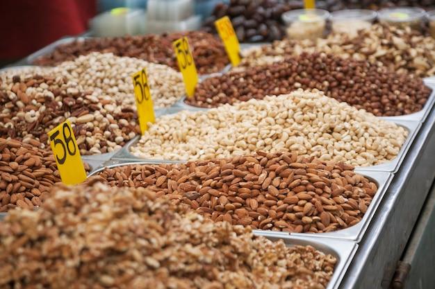 Trockene nüsse auf dem markt in jerusalem, israel