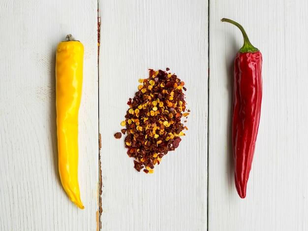 Trockene paprikas der draufsicht mit gewürzen