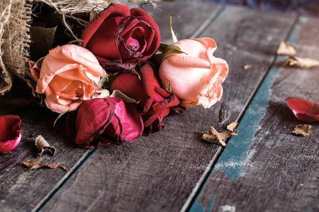 Trockene rosen auf holz.