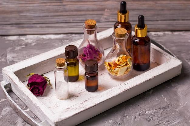 Trockene rosenblätter, orangenschale, aromaöle, meersalz