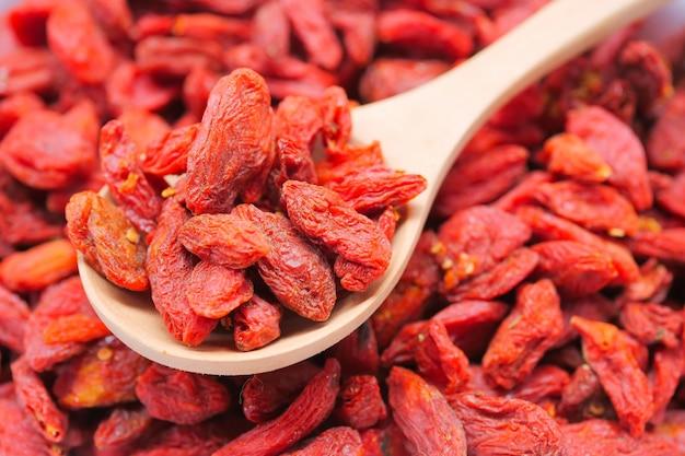 Trockene rote goji-beeren für eine gesunde ernährung
