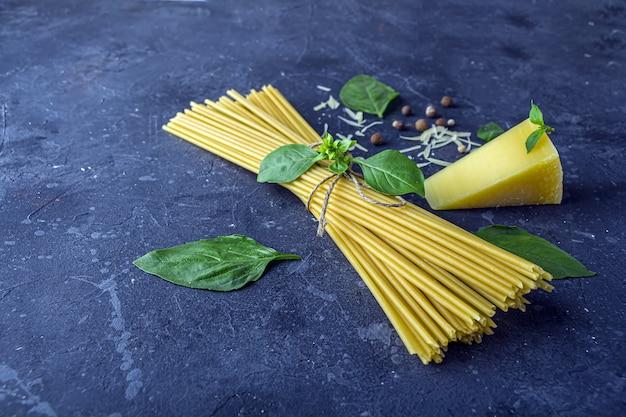 Trockene spaghetti, basilikumblätter, parmesan