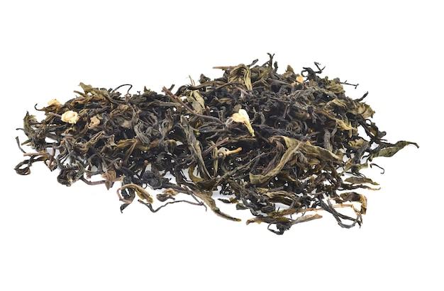Trockene teeblätter isoliert auf weißem hintergrund