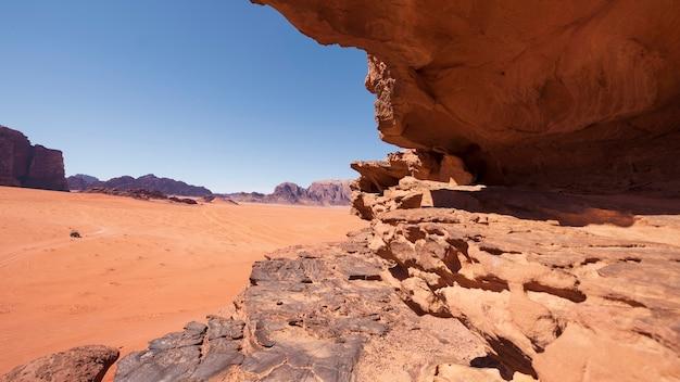 Trockene und heiße rote wüste von wadi rum in jordanien