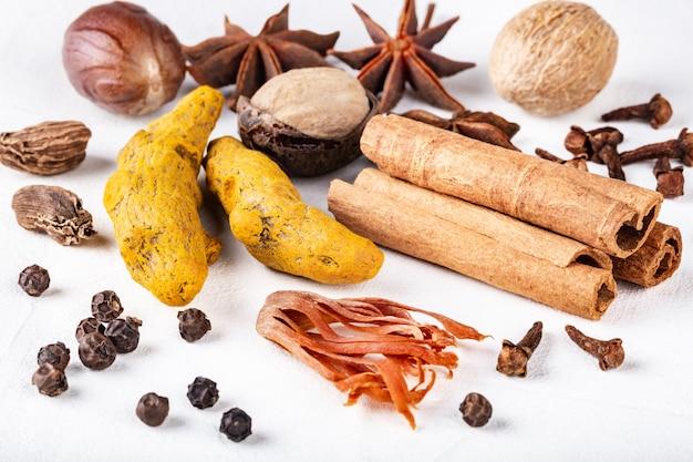 Trockene wärmende indische gewürze für herbst- und wintergerichte