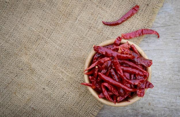 Trockener chili auf holzschale