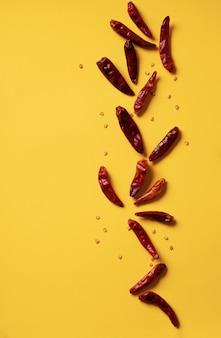 Trockener chili-pfeffer. lebensmittelmuster-konzept. minimalistisch. draufsicht. flache lage
