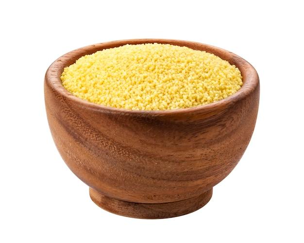 Trockener couscous lokalisiert auf weiß mit beschneidungsweg
