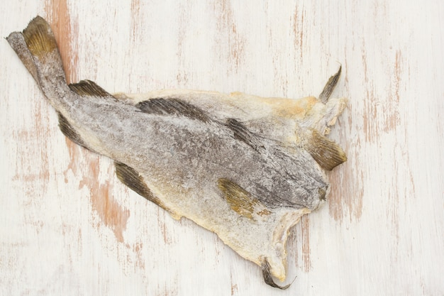Trockener gesalzener kabeljau auf holzoberfläche