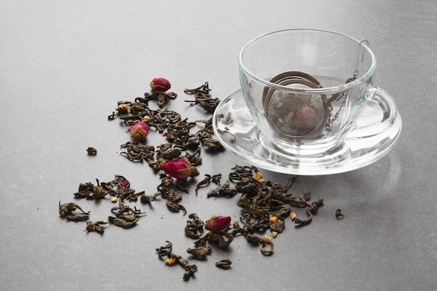 Trockener grüner tee mit rose und sieb