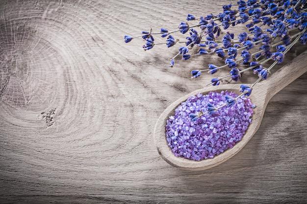 Trockener lavendel-meersalz-holzlöffel auf spa-behandlungskonzept des holzbretts