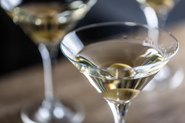 Trockener martini-shortdrink-cocktail mit gin, trockenem wermut und einer olivengarnitur.