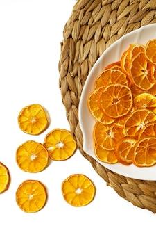 Trockener orangenscheiben-snack. trockene orangen für weihnachtsdekorationen