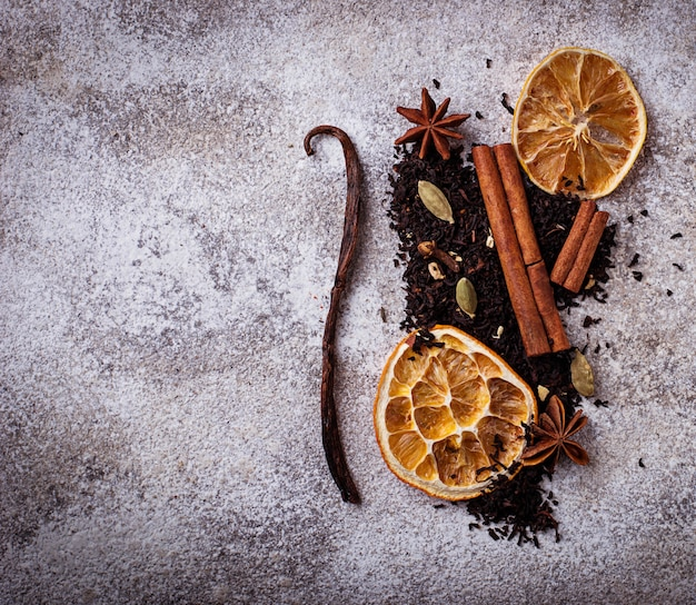 Trockener schwarzer tee mit gewürz und orange